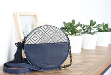 2a715f1c24 Une nouvelle collection dans le prolongement des lignes emblématiques de la  marque à l'image du sac porté main Acacia avec ses accessoires en bois et  du ...