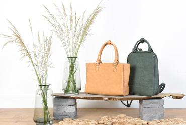 dc6ab6e193db Une nouvelle collection dans le prolongement des lignes emblématiques de la  marque à l image du sac porté main Acacia avec ses accessoires en bois et  du ...